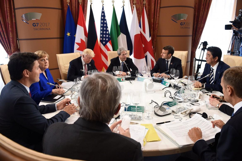 I sette leader al tavolo, in senso orario: Jean-Claude Juncker, Justin Trudeau, Angela Merkel, Donald Trump, Paolo Gentiloni, Emmanuel Macron, Shinzo Abe, Theresa May e Donald Tusk