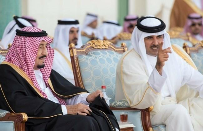 Re Salman dell'Arabia saudita (a sinistra) con l'emiro del Qatar Tamim