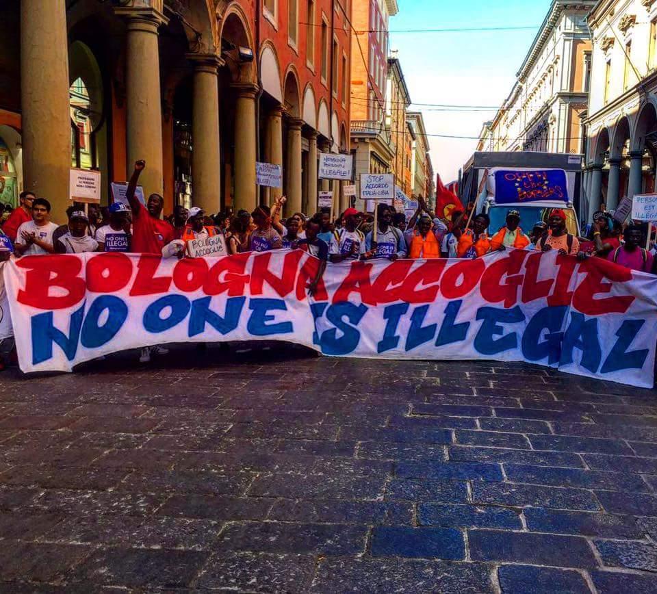 Lo striscione di apertura del corteo di Bologna