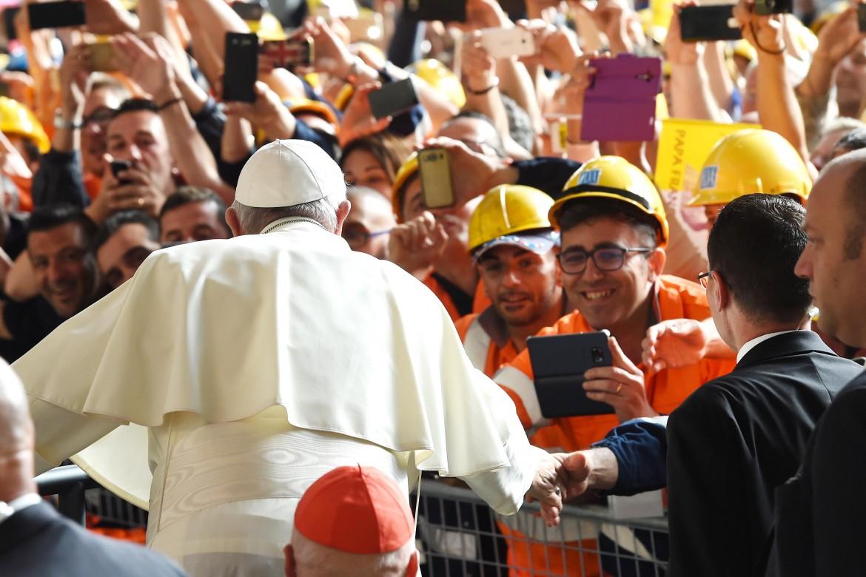 Papa Bergoglio tra gli operai dell'Ilva a Genova