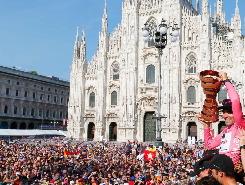 Tom Dumoulin alza la Coppa davanti al Duomo di Milano