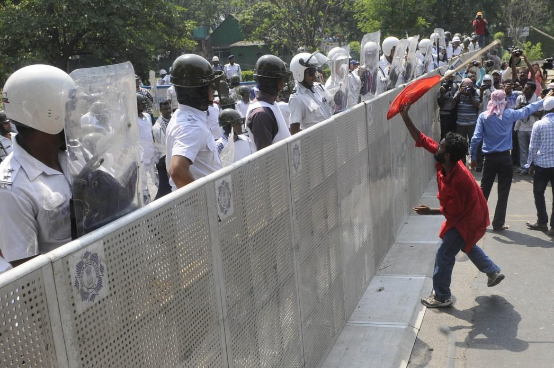 Calcutta, violenti scontri tra polizia e manifestanti del Fronte delle sinistre