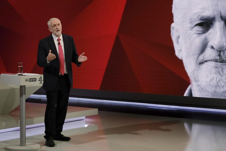 Jeremy Corbyn nello studio tv, sotto Theresa May