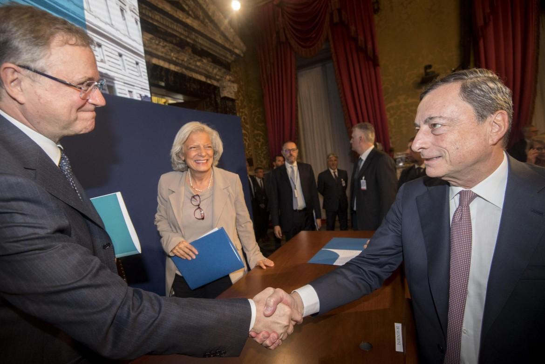 La stretta di mano tra il governatore di Bankitalia Ignazio Visco e il presidente della Bce Mario Draghi ieri a Palazzo Koch