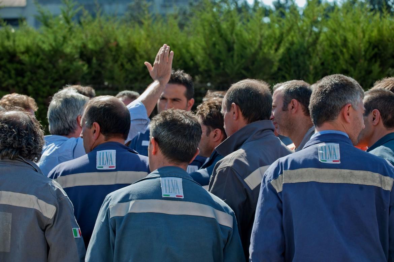 Un assemblea di lavoratori Ilva a Taranto