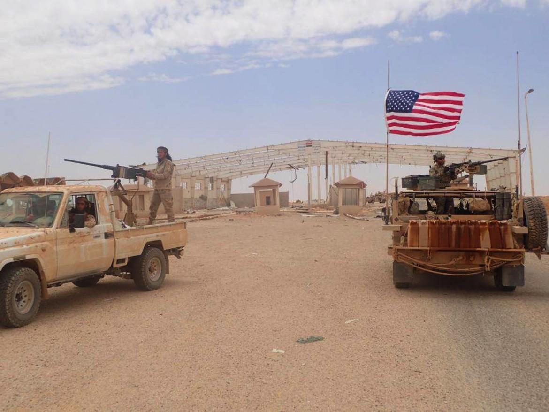 Un miliziano del gruppo Maghaweer al-Thawra su un veicolo militare e accanto un soldato Usa. La foto è stata scattata il 23 maggio