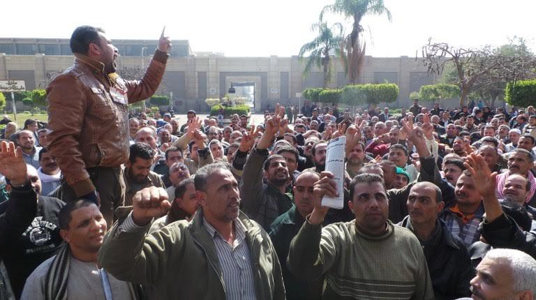 Gli operai del cementificio egiziano di Torah protestano davanti alla fabbrica da quasi due mesi