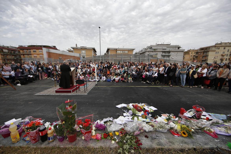 Preghiera per le tre bimbe morte nel rogo di Centocelle, a Roma