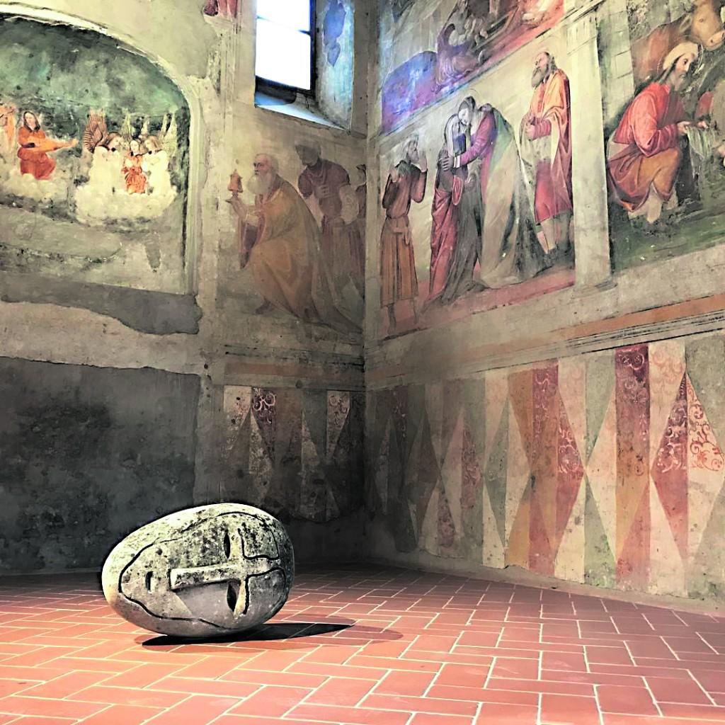 Mimmo Paladino, Testa in pietra (1992) esposta a Brescia, nella basilica longobarda di San Salvatore, foto di Francesco Salvetti