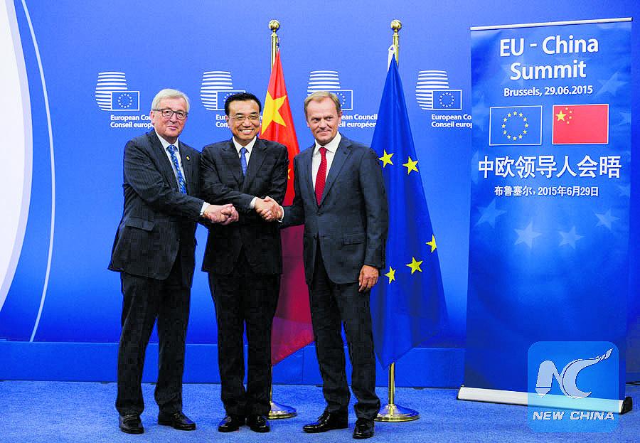 Il premier cinese Li Keqiang con Donald Tusk e Jean-Claude Juncker