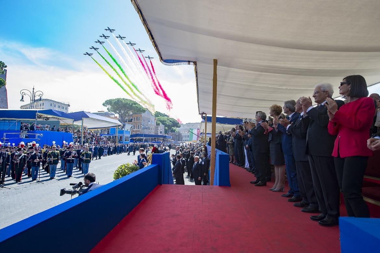 Sergio Mattarella durante il passaggio delle frecce tricolore al termine della Rivista Militare per il 71° anniversario della Repubblica Italiana