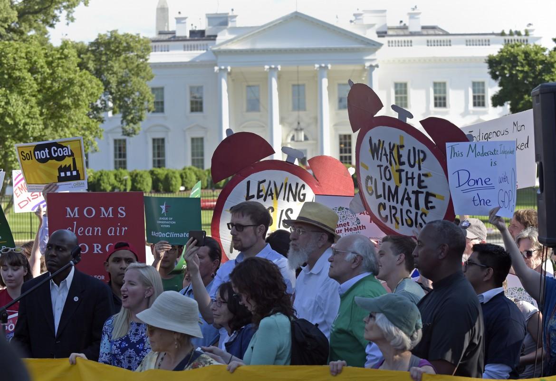 Proteste davanti alla Casa bianca dopo il ritiro di Trump dall'accordo di Parigi