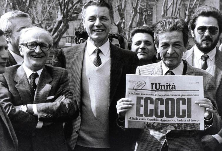 1984, Enrico Berlinguer mostra una famosa copia dell'Unità con Alessandro Natta e Antonio Tatò.