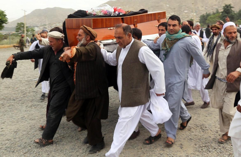 I funerali dopo l'attentato a Kabul dello scorso maggio
