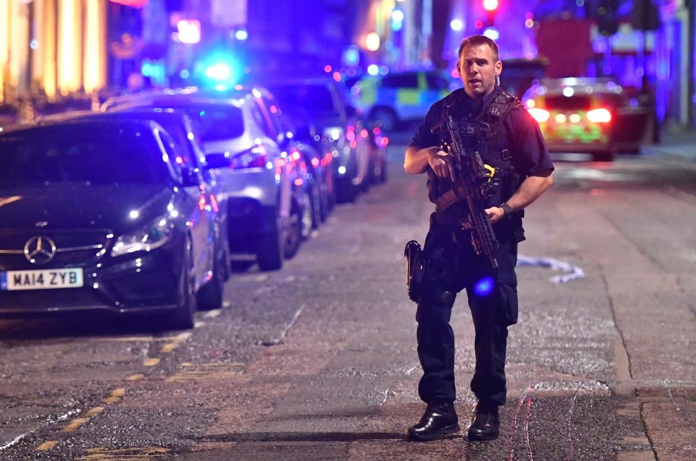 Poliziotto vicino a Borough High Street subito dopo l'attentato