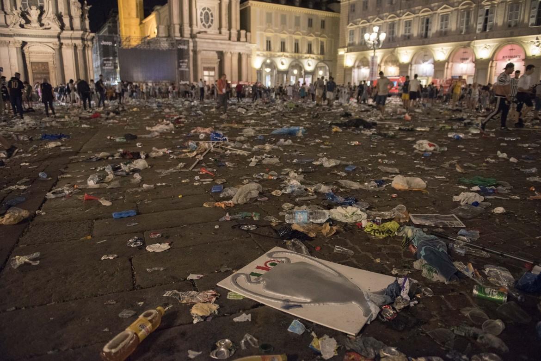 Piazza San Carlo dopo la fuga dei tifosi della Juventus