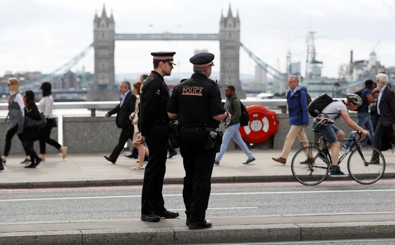 Polizia sul London Bridge; sotto una foto dell'attentatore ucciso al Borough Market