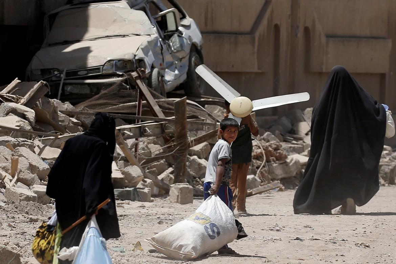 Mosul, fuga dei civili dalla città devastata dai combattimenti