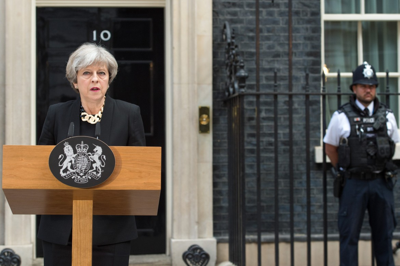 La premier britannica Theresa May; sotto Jeremy Corbyn e il sindaco di Londra Sadiq Khan