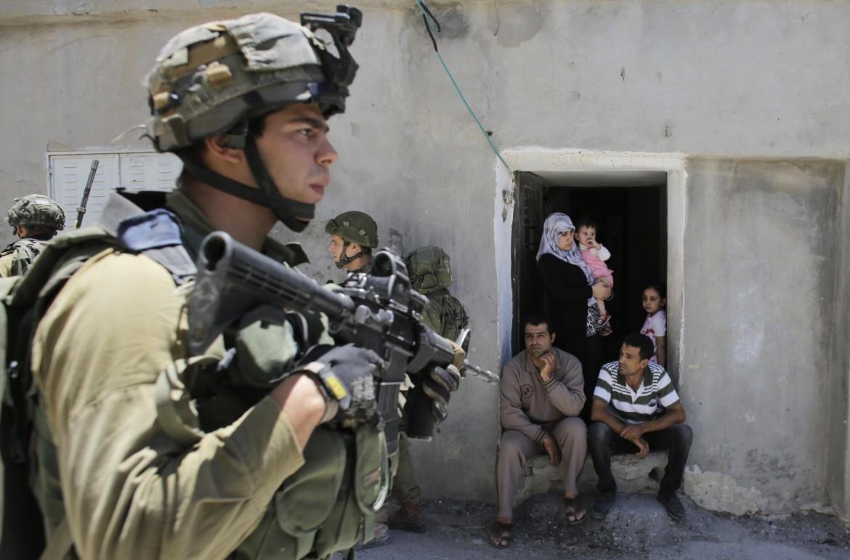 Soldati israeliani nella città palestinese di Hebron