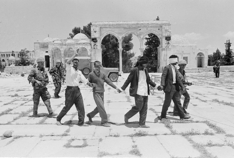 Prigionieri palestinesi sulla Spianata delle Moschee nel 1967