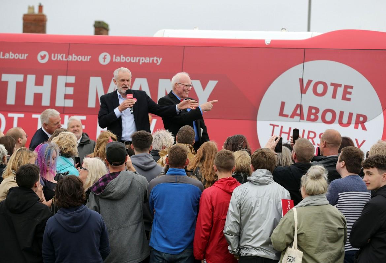 Jeremy Corbyn tra i militanti del Labour