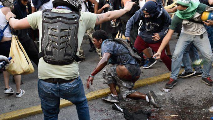 Venezuela, il giovane bruciato ad Altamira