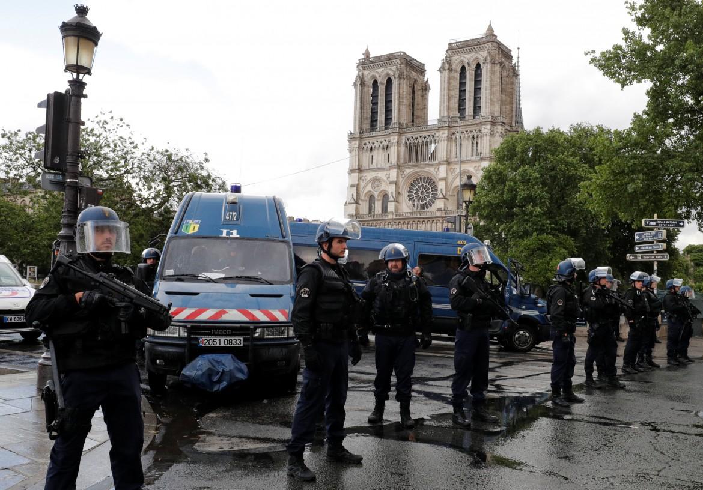 Polizia schierata all'esterno di Notre Dame