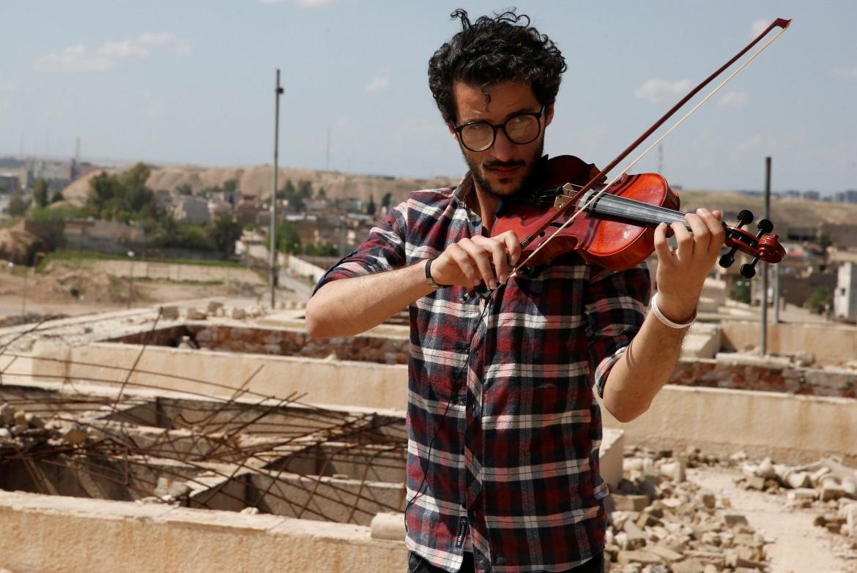 Il violinista iracheno Ameen Mukdad, 28 anni di Mosul, è tornato a suonare nella sua città a metà aprile