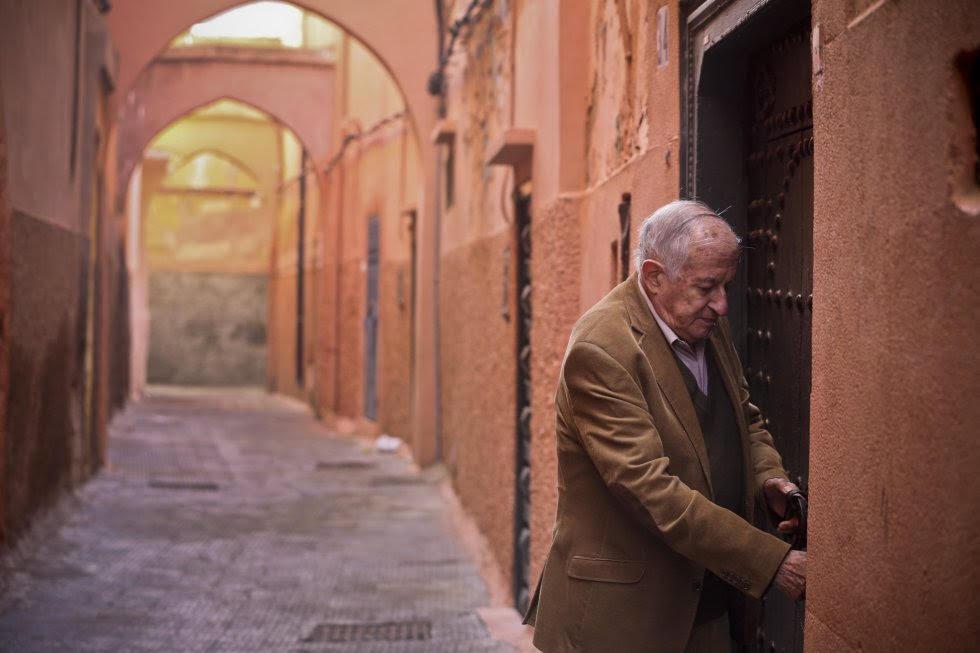 Juan Goytisolo entra nella sua casa di Marrakesh