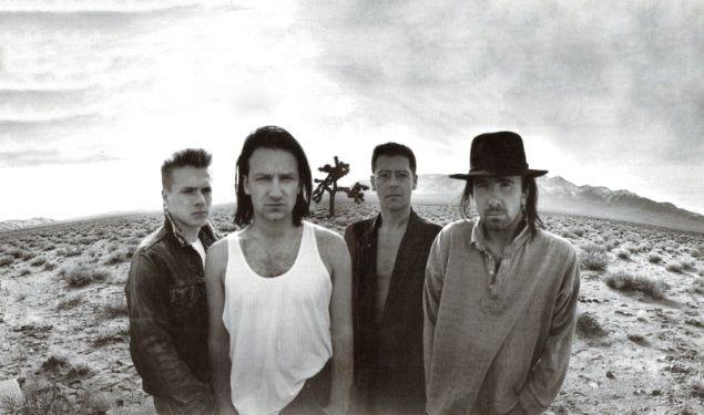 uno degli storici scatti di copertina degli U2 nella Death Valley su The Joshua Tree