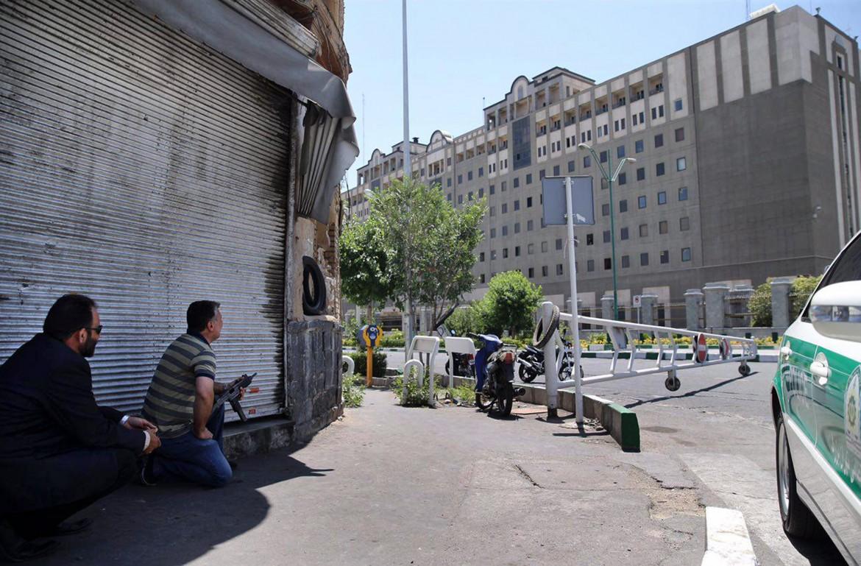 Le forze di sicurezza iraniane vicino al parlamento durante l'assalto dell'Isis