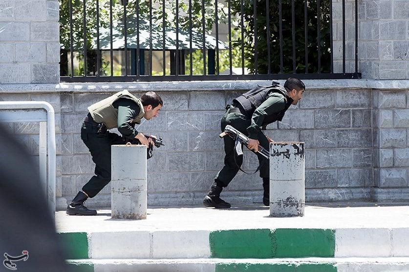 Forze iraniane durante l'attacco al parlamento