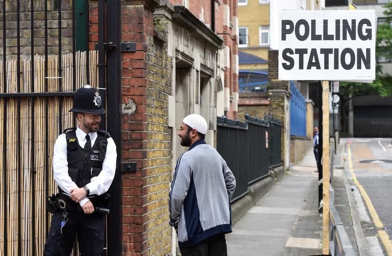 Un poliziotto al seggio di Tower Hamlets, a Londra