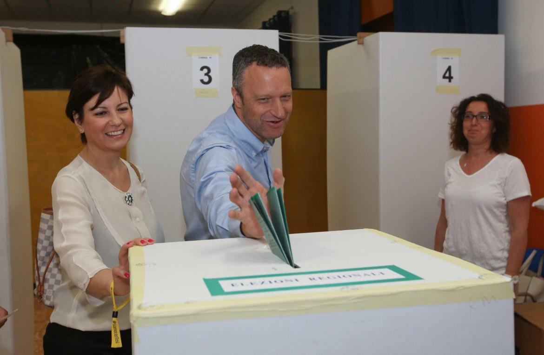 La candidata sindaca di Verona, Patrizia Bisinella, con il suo compagno, il sindaco uscente Flavio Tosi.