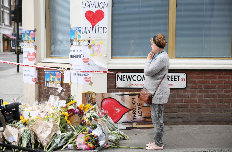 Fiori nel luogo dell'attacco al London Bridge