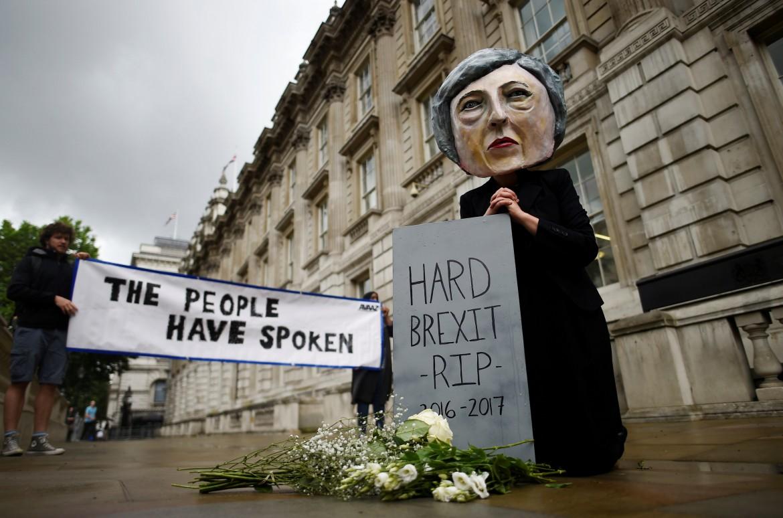 Protesta degli attivisti di Avaaz contro Theresa May ieri a Londra