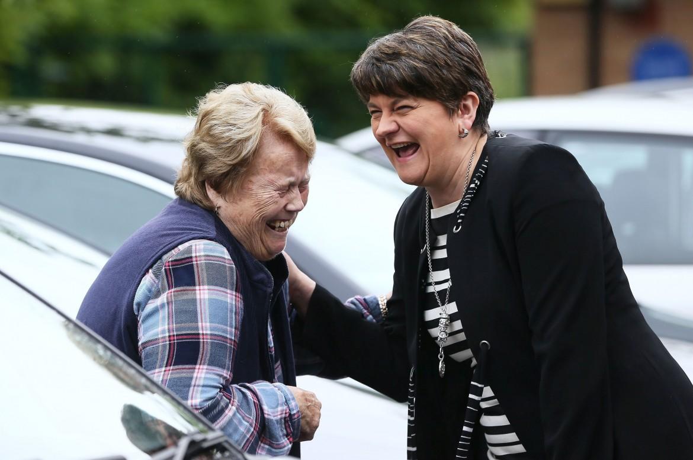 A destra la leader del Dup Arlene Foster all'uscita del seggio