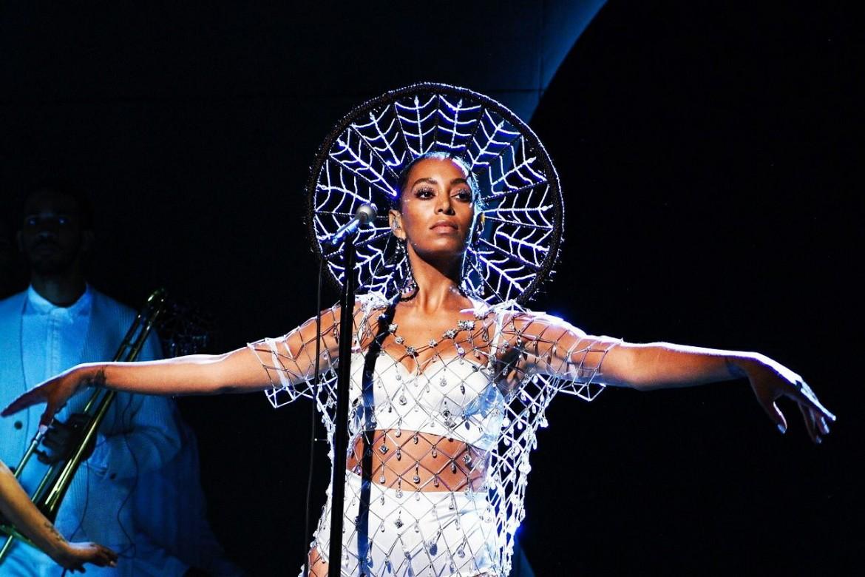 Solange Knowles durante un'esibizione al Saturday Night Live, sotto domenica sera al Petruzzelli di Bari