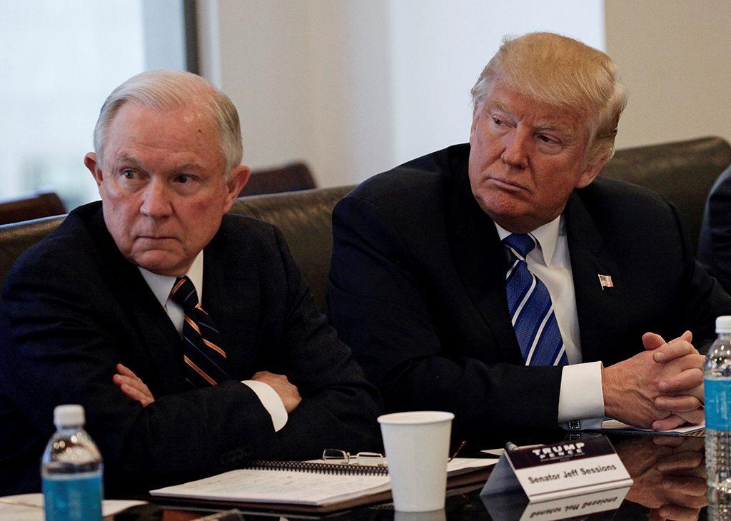 Il procuratore generale Jeff Sessions con Trump