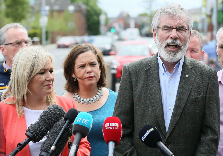 Gerry Adams accanto alla leader dello Sinn Féin Michelle O'Neill (a sinistra)