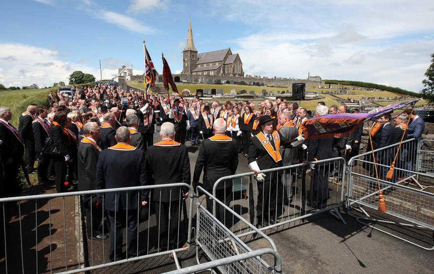 La parata degli orangisti dalla chiesa di  Drucree a Portadown