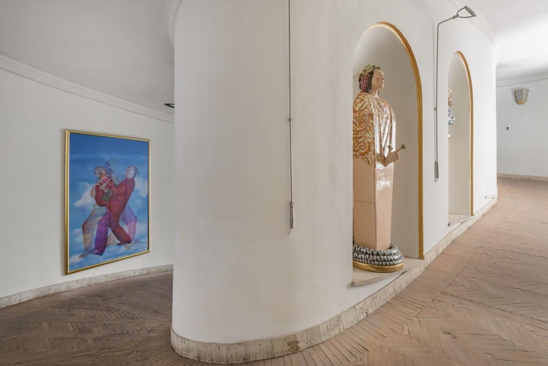 Luigi Ontani all'Accademia Nazionale di San Luca, l'allestimento della rampa elicoidale accoglie, nei 27 nicchioni, altrettante «ErmEstEtiche»