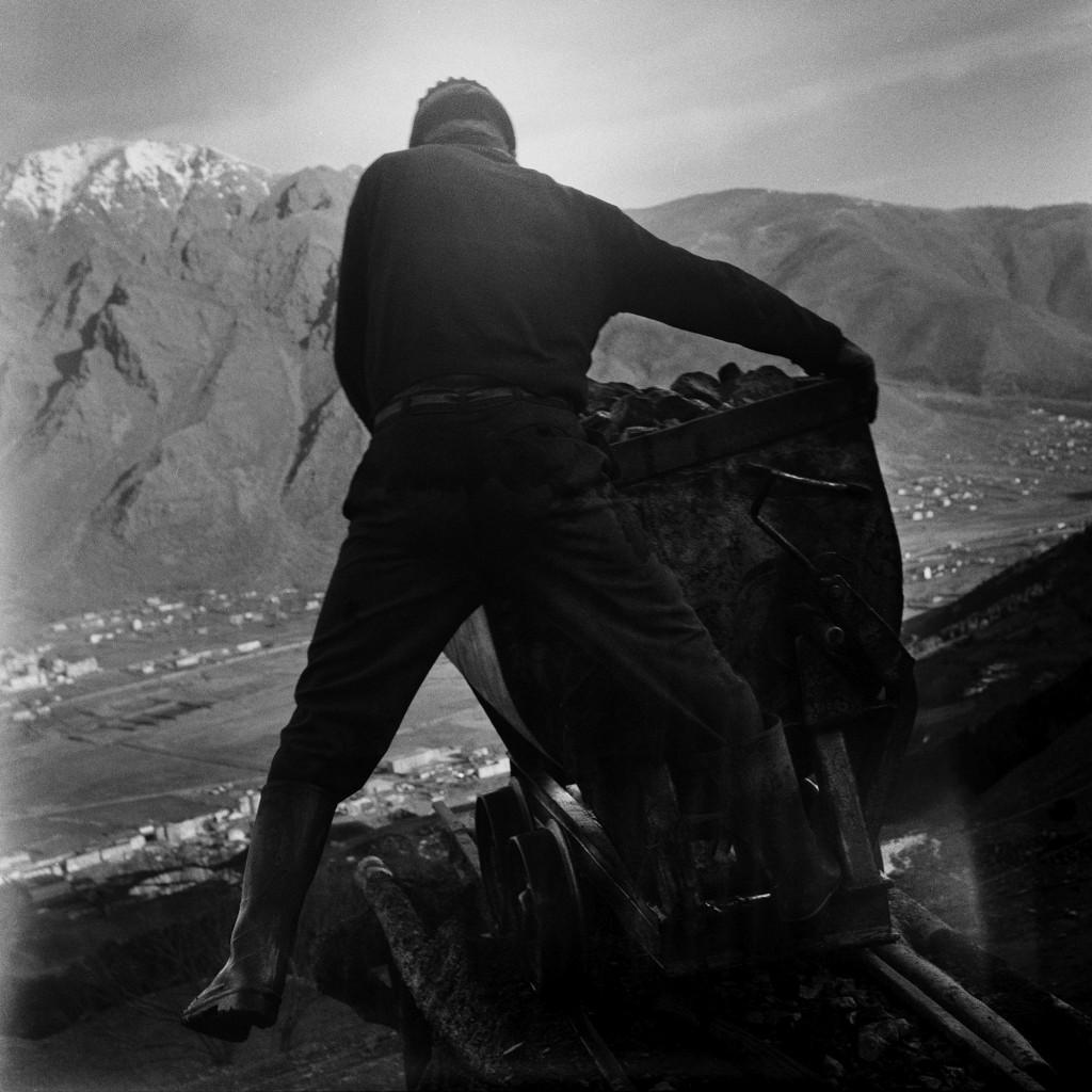 Elton Gllava, Vertigo - Worker  unloading freshly mined chrome, 2013-2017 (Courtesy of the artist)