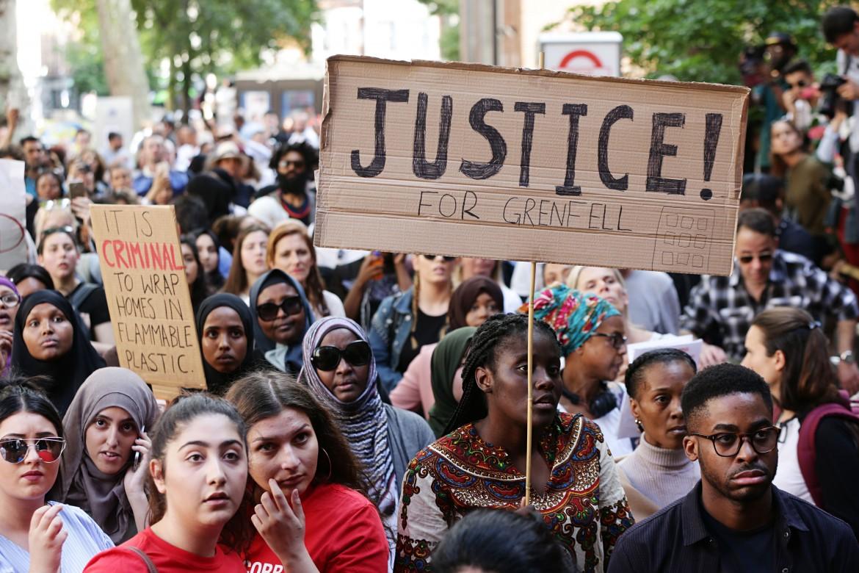 Manifestanti protestano alla Kensington Hall, Londra, dopo il rogo della Grenfell Tower