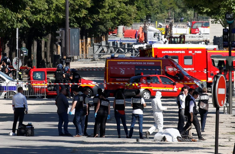La polizia interviene sugli Champs-Elysées