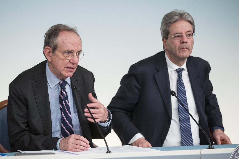Il ministro dell'Economia Pier Carlo Padoan e il premier Paolo Gentiloni