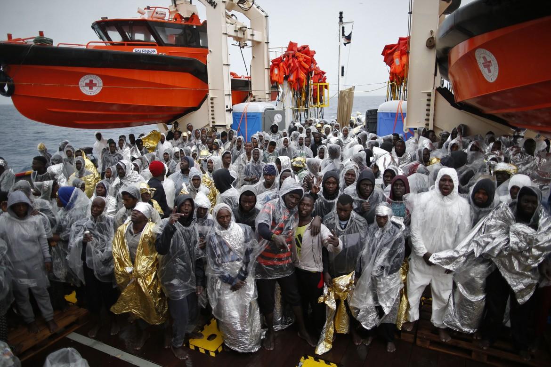 Sbarco nel porto di Pozzallo,  nel 2016, di 433 migranti salvati dall'Ong Moas e dalla Croce Rossa a bordo della nave Topaz Responder