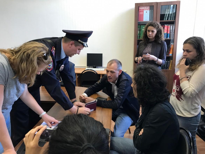 Primi momenti del fermo, dentro la sede dell'Ong russa Commitee Against Torture