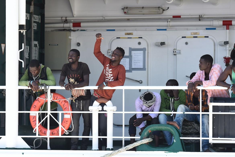 Una nave con a bordo 1.216 migranti sbarcati a Salerno